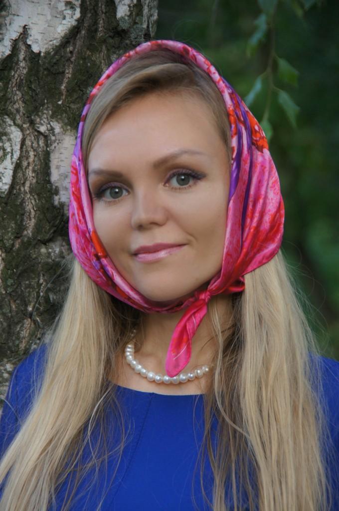 Шелковый платок на голове