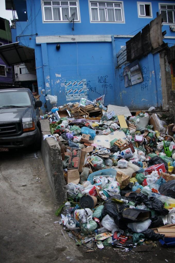Проблема с вывозом мусора в фавелах Рио