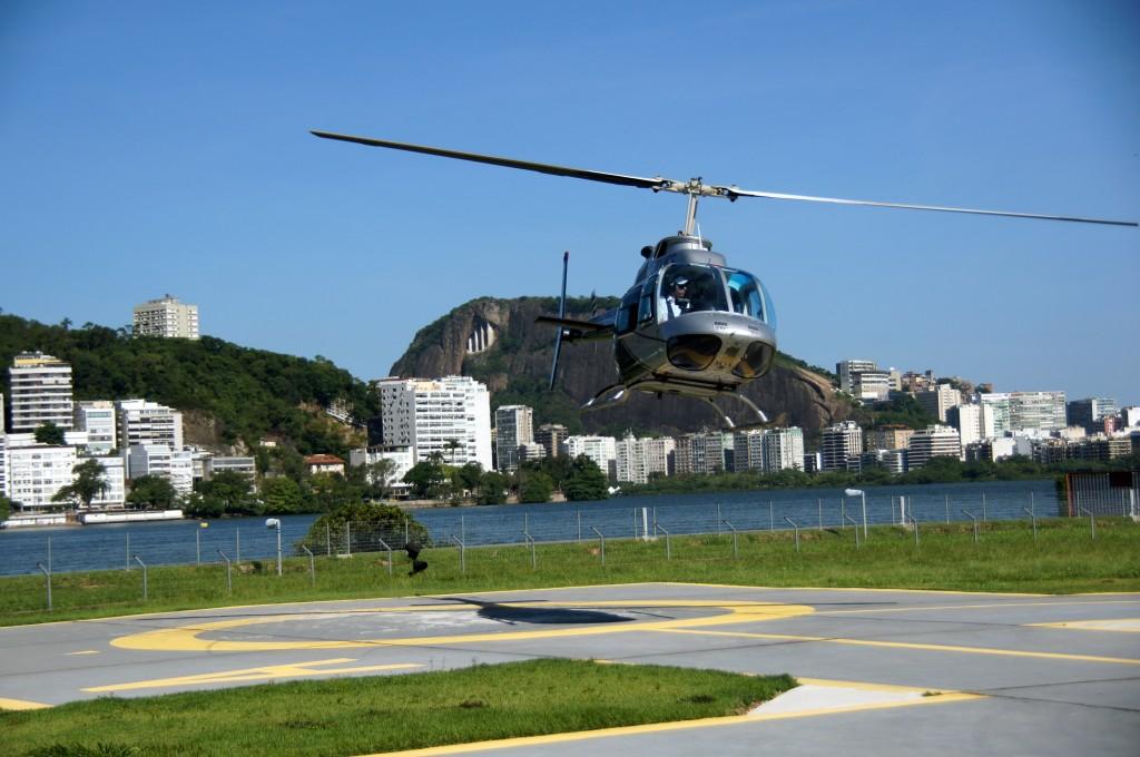 Вертолёт взлетает