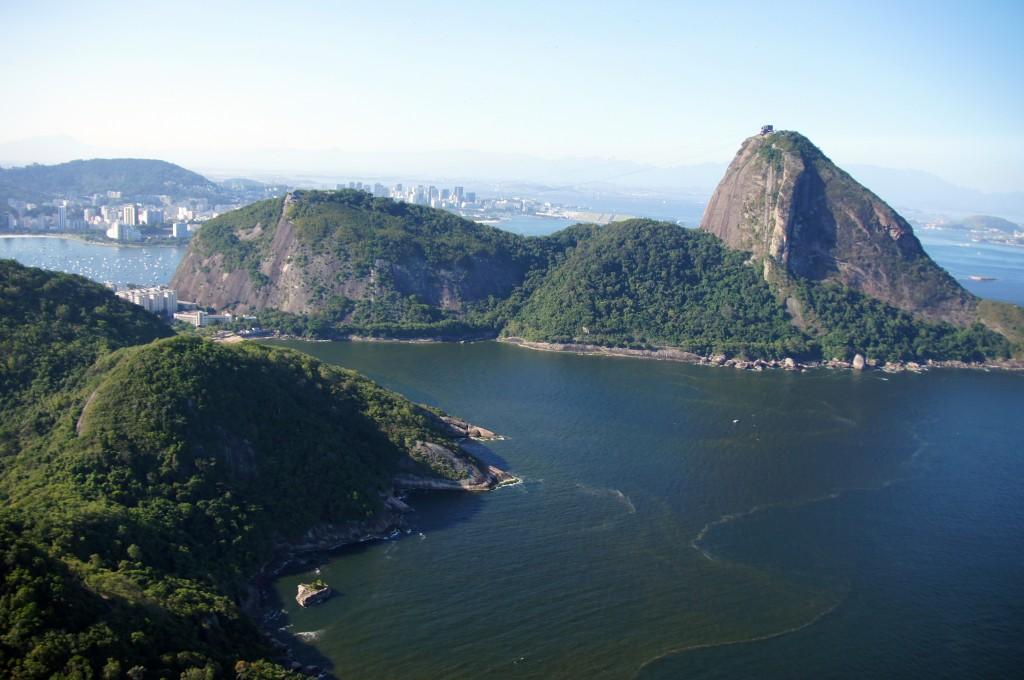 """""""Сахарная Голова"""" справа, Рио"""