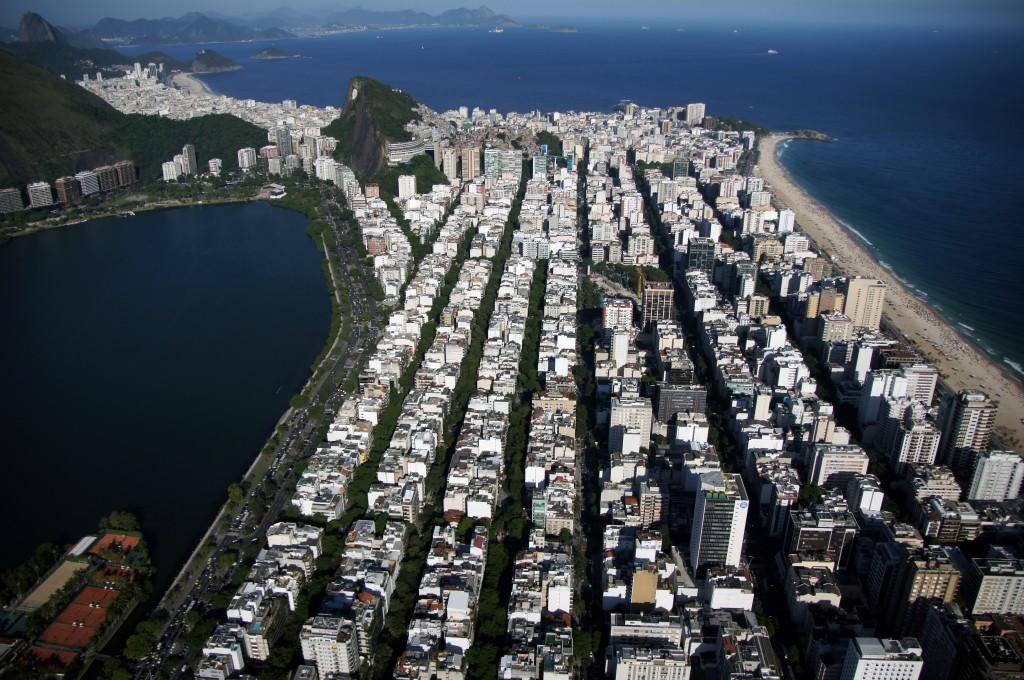 Ровный строй отелей, пляж Копакабана, Рио