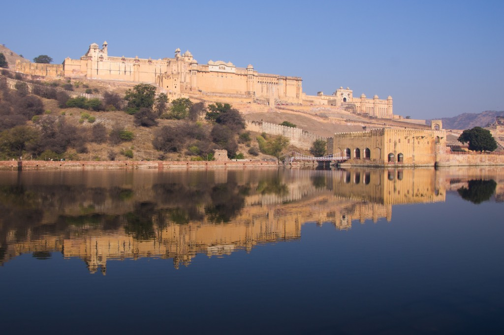 Форт Амбер отражается в озере Маота, Индия