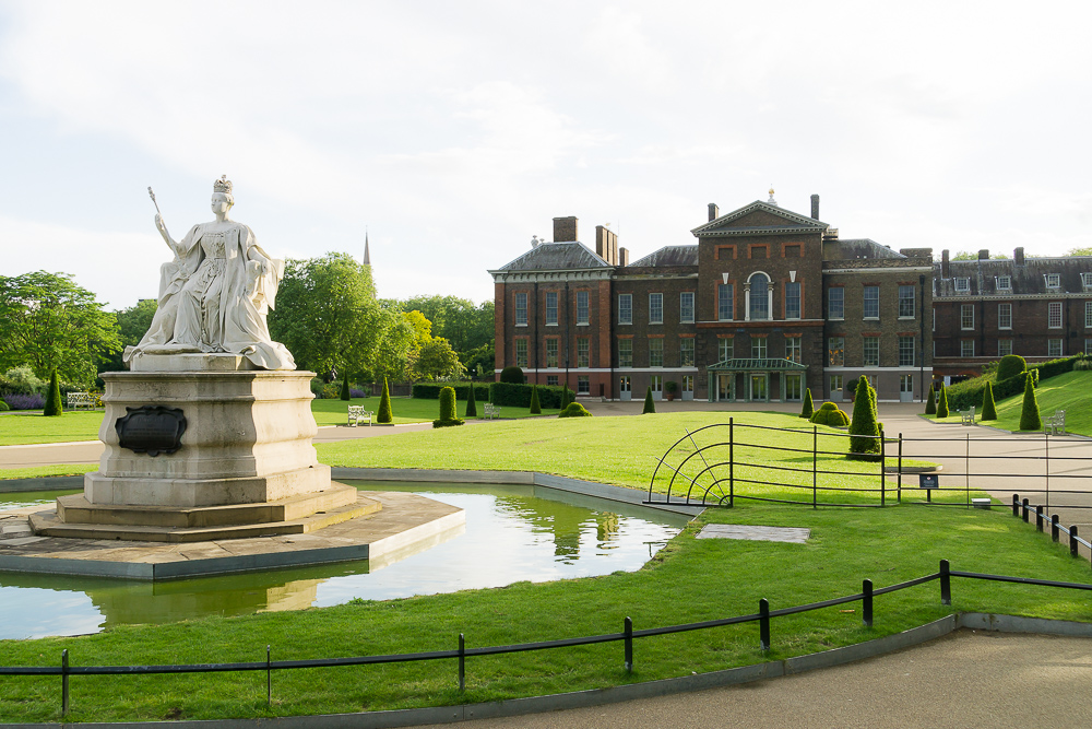 Памятник королеве Виктории перед Кенсингтонским дворцом