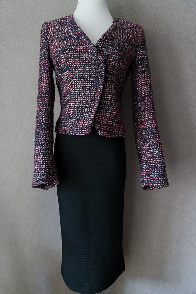 Чёрная юбка-карандаш миди и твидовый жакет