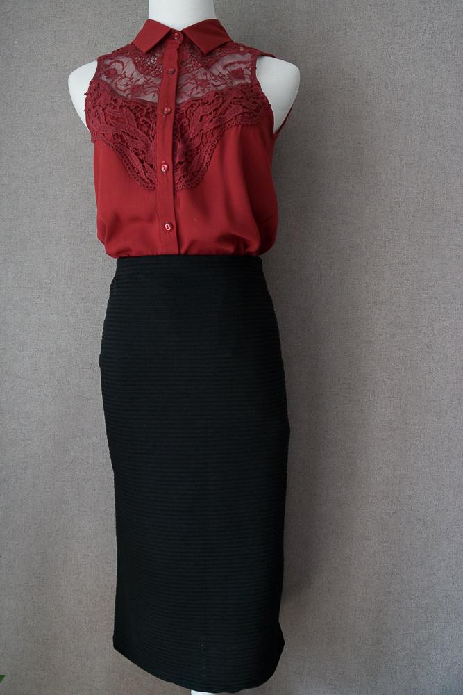 Чёрная юбка-карандаш миди и красная блузка