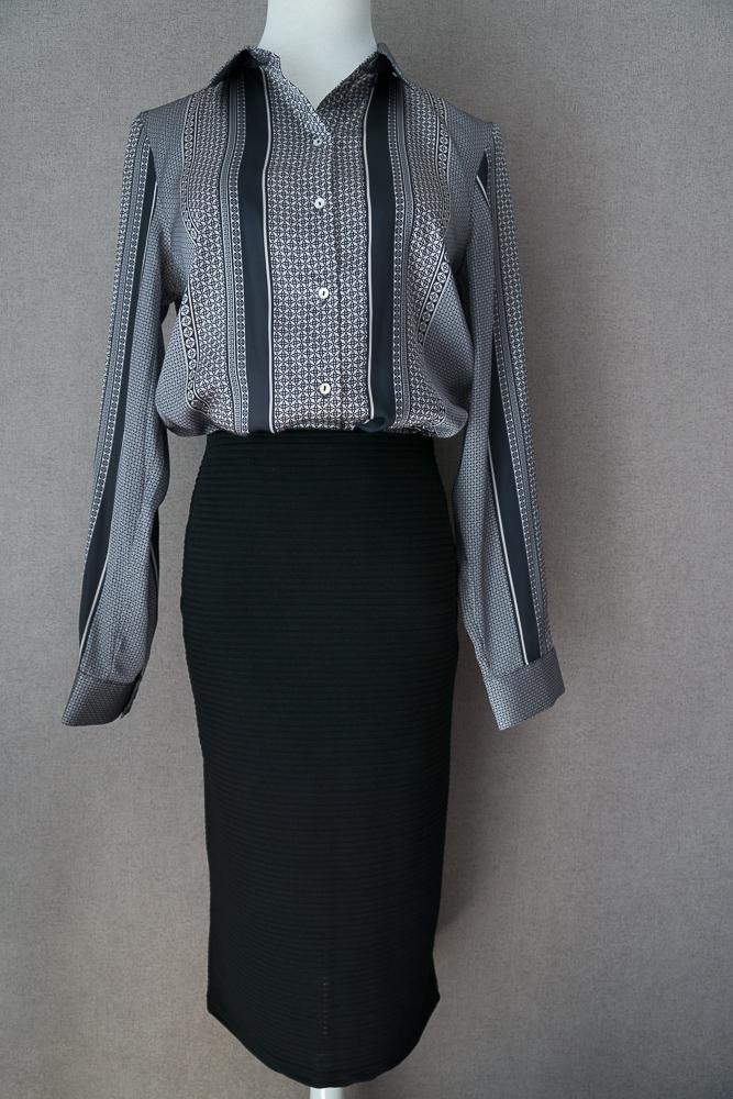 Чёрная юбка-карандаш миди и блузка с геометрическим принтом