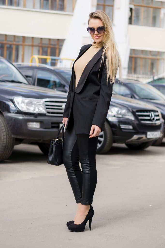 Женский смокинг и кожаные брюки