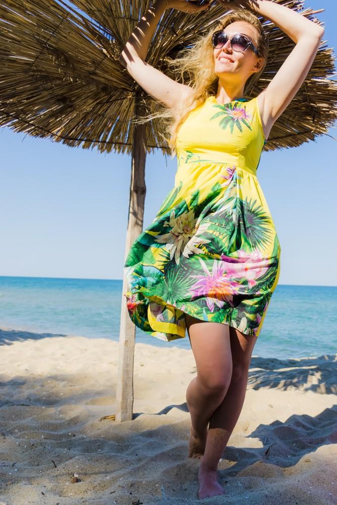 Желтое платье с тропическим принтом