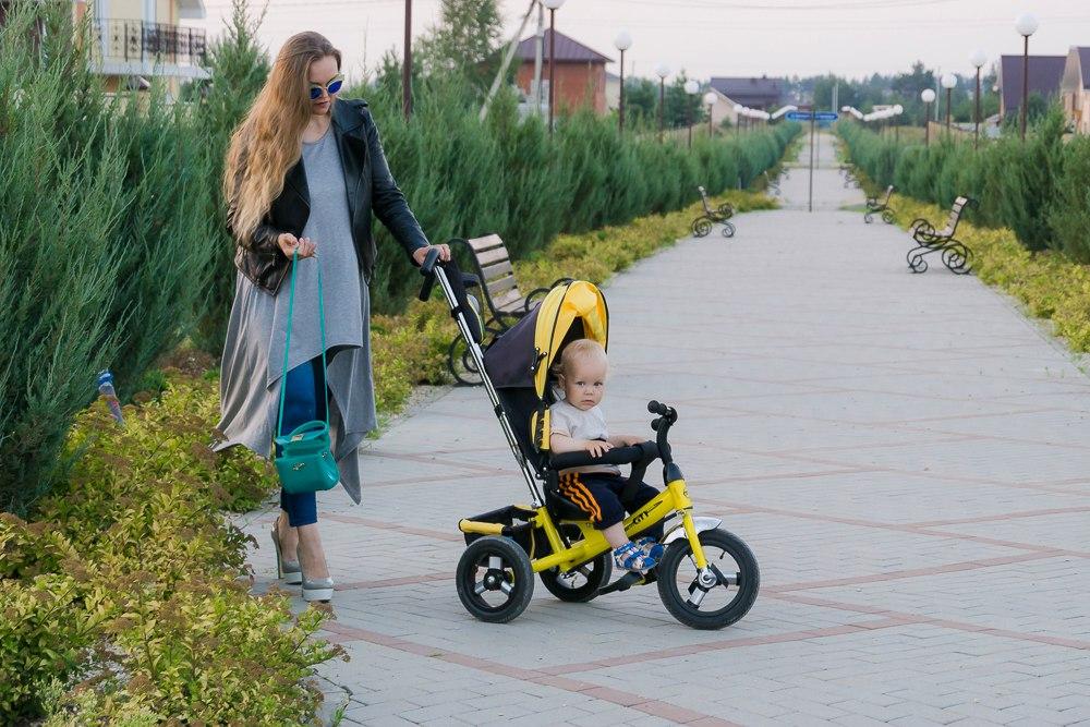 мама на каблуках с коляской